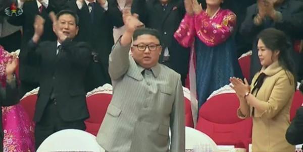 김정은 북한 국무위원장이 설 당일인 지난달 25일 삼지연극장에서 명절 기념공연을 관람한 후 관람객들에게 손 흔들며 인사하고 있다.